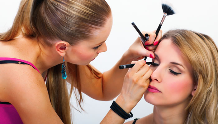 Como se tornar uma maquiadora profissional